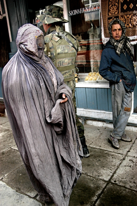 11 Una mujer pide limosna en el centro de Kabul