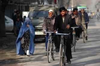 13 Hombres en bicicleta por las calles de Kabul