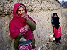 5Una mujer y una niña en una zona rural