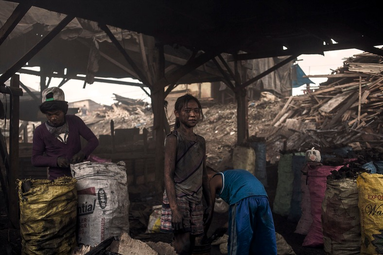 """En Smokey Mountain,Manila, la principal fuente de ingresos proviene de la producción de carbón vegetal en hornos al aire libre. Este trabajo muestra la vida de los niños que crecen y trabajan allí. """"ALIVE"""" dará un medio de subsistencia alternativo a 60 familias de Smokey Mountain, que deberán presentar propuestas para mejorar su calidad de vida, alejándolas así de la producción de carbón."""